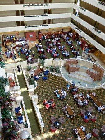 University Plaza Hotel and Convention Center: breakfast area and large lobby