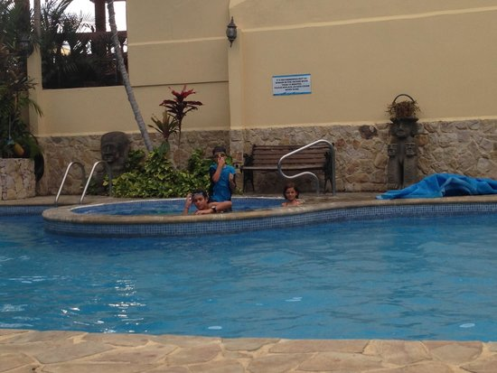 Adventure Inn: Pool and jacuzzi