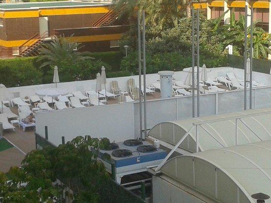 Riviera Beachotel: La piscina esta detras del panel y es pequeña. Solo da el sol desde 12:30 a 18:00.