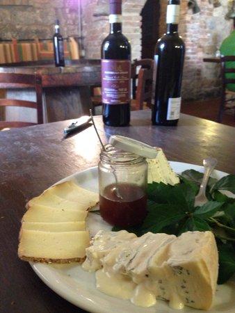 Fattoria San Donato : Piatto di formaggi e bottiglie di vernaccia e chianti