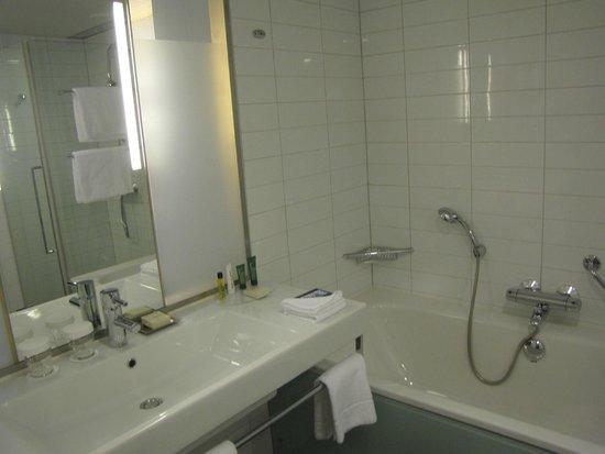 Hilton Helsinki Airport: Bathroom