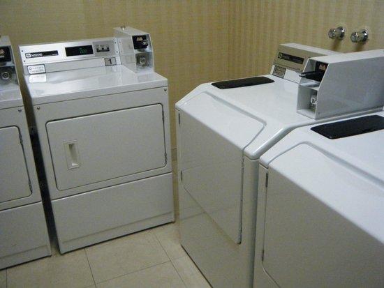 Hilton Garden Inn Montreal Airport: Guest Laundry