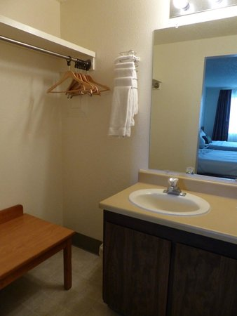 Bryce View Lodge: Lavabo & penderie