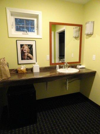 Starlight Inn: Area outside of the bathroom