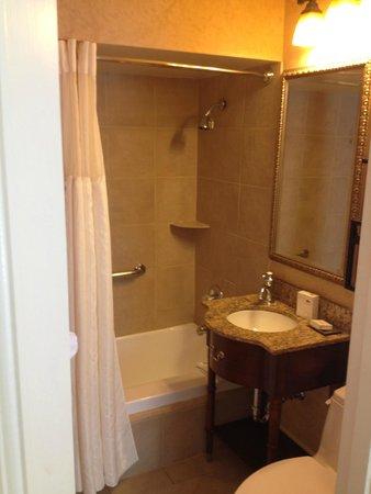 Seelbach Hilton: Queen Guest Room Bathroom