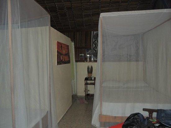 Chez Nirina: la chambre vue des moustiquaires