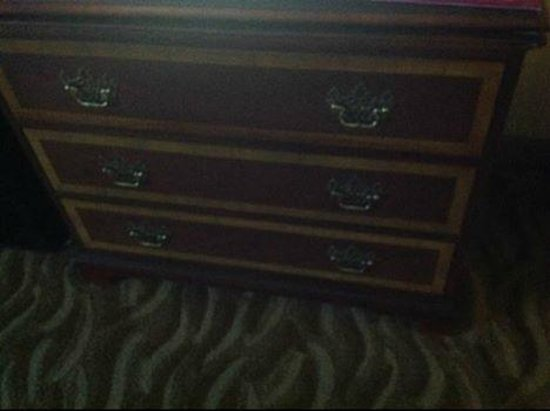 Crowne Plaza Hotel Dallas Downtown: Old Dresser- All Drawers were wobbly and breaking