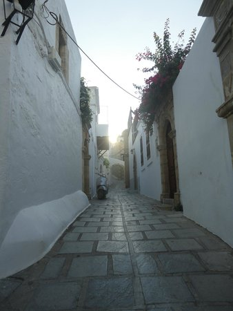 Lindos Boutique Rooms: The romantic small street of Lindos Boutique