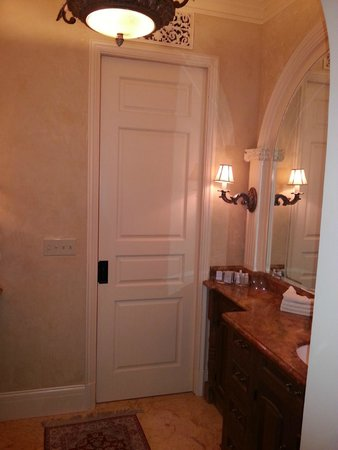 Ledson Hotel: Suite bathroom area