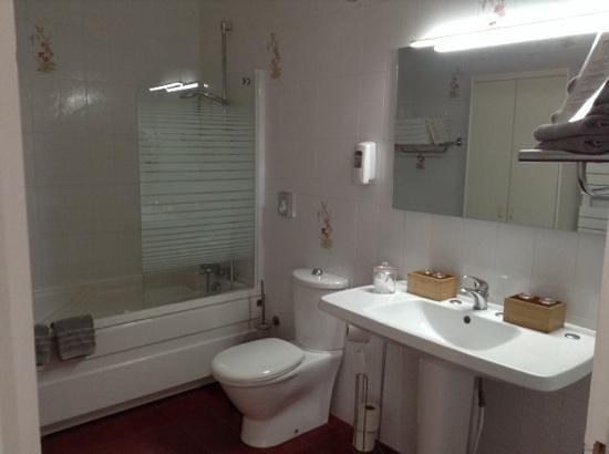 Hotel L'ideal Le Mountbatten: bathroom