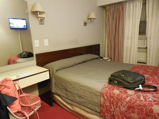 Victory Hotel: Habitación con escritorio sobre calle Maipú