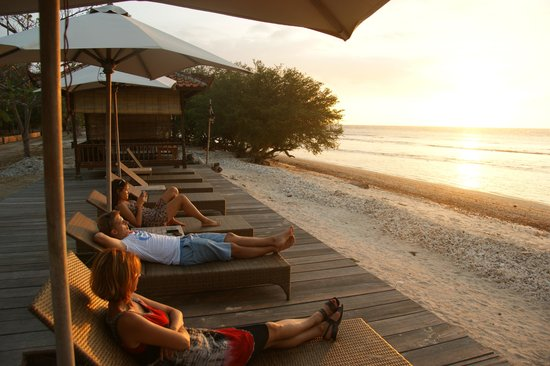 Desa Dunia Beda Beach Resort : Zachód słońca przed hotelem
