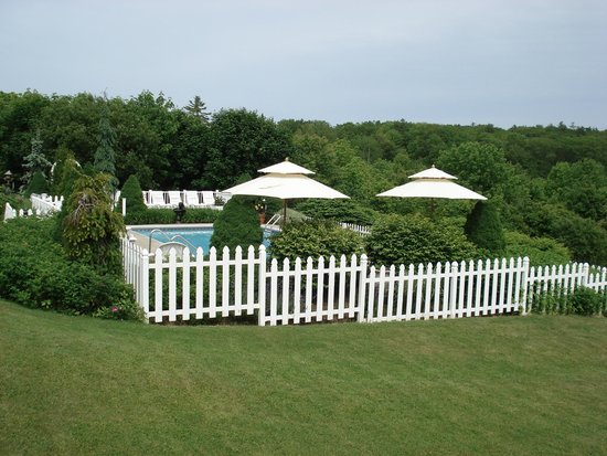Strawberry Hill Seaside Inn: swimming pool