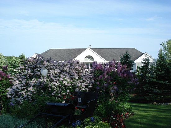 Strawberry Hill Seaside Inn: flower garden at front of hotel