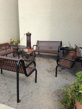 Microtel Inn & Suites by Wyndham Robbinsville: the fire pit and smoking section