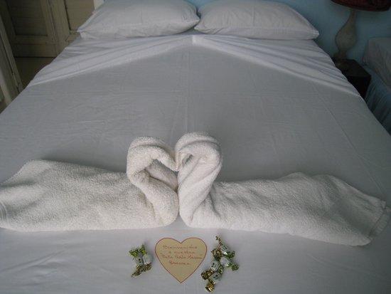 Bella Perla Marina: cama con detalle de bienvenida