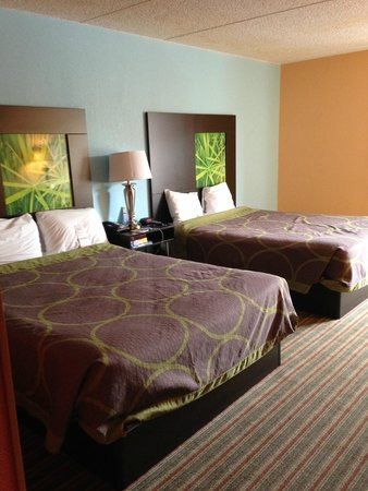 Super 8 Mount Laurel: Surprisingly nice bedding, too many colors on the wall