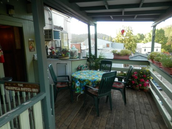 Mariposa Hotel Inn: The back deck.  My favorite place to drink coffee in the morning.