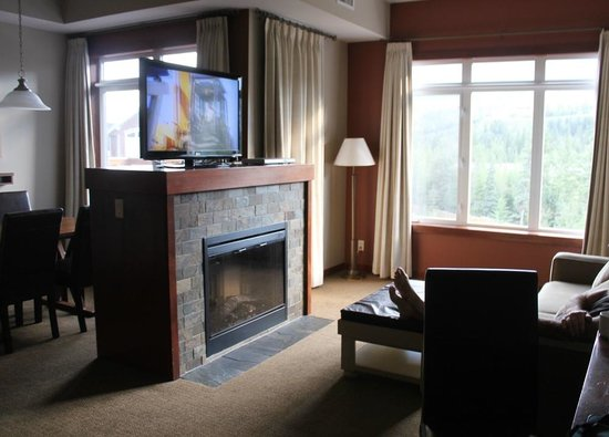 Blackstone Mountain Lodge by CLIQUE: Big roomy family room with fireplace and big screen tv.