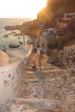 Sunset Ammoudi Taverna: Steps down to Ammoudi Bay