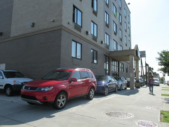 Quality Inn Woodside : Front view of hotel on Queens Blvd.