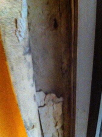 Lancaster Family Resort: Paster falling apart