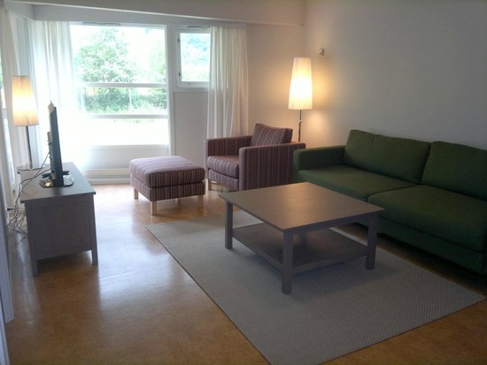Petrines Guesthouse : Stove og liten terasse i familieleiglegheit