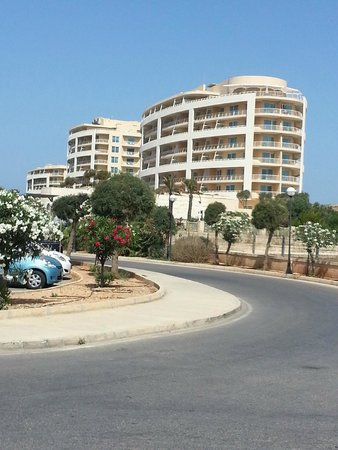 Radisson Blu Resort & Spa, Malta Golden Sands: View of hotel from the bus stop