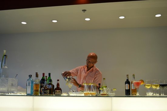 Hotel Le Bonne Entente: Hubby helping himself to the top shelf happy hour