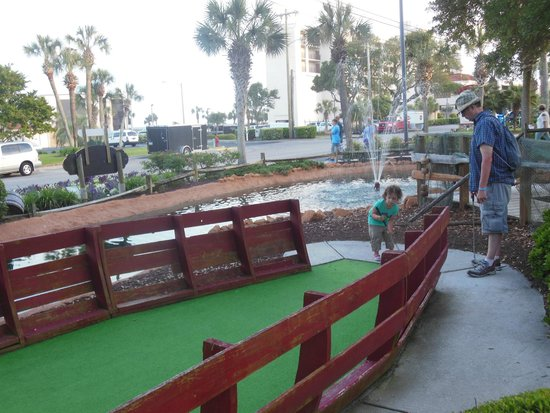 DoubleTree Resort by Hilton Myrtle Beach Oceanfront: mini golf at hotel