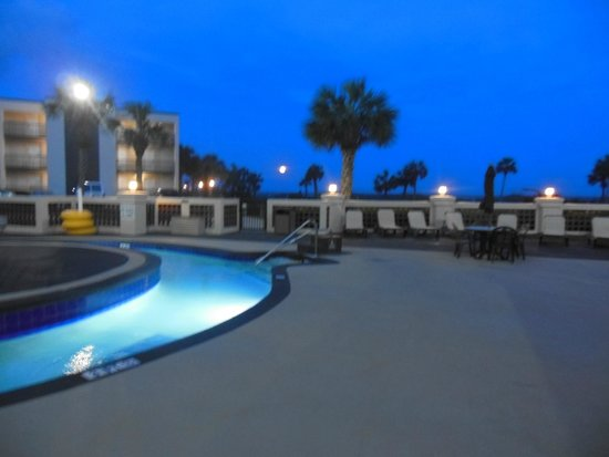 DoubleTree Resort by Hilton Myrtle Beach Oceanfront: lazy river at night