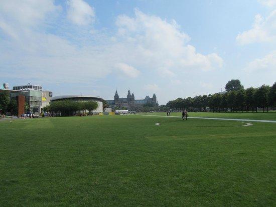 het museumplein vanaf de van baarlestraat