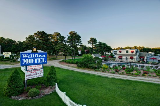 Wellfleet Motel : Exterior Sign