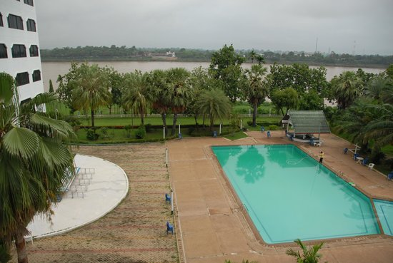 Royal Mekong Nong Khai: Swimmingpool area aginst Mekong River