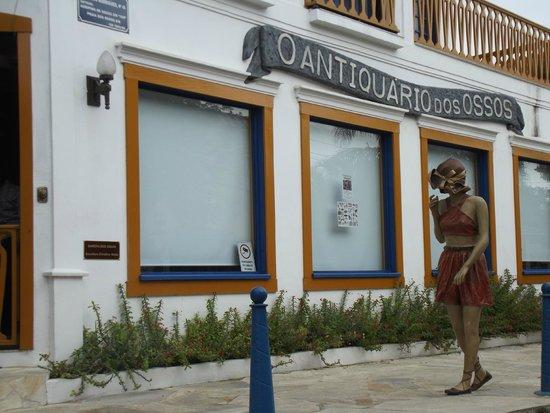Ossos Beach: Antiquário famoso na Praia dos Ossos, com bela escultura na frente.
