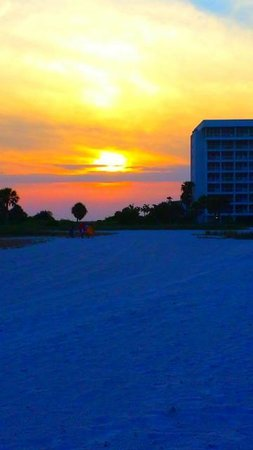 Algiers Gulf Resort: Beautiful view of the sunset right outside of our room.