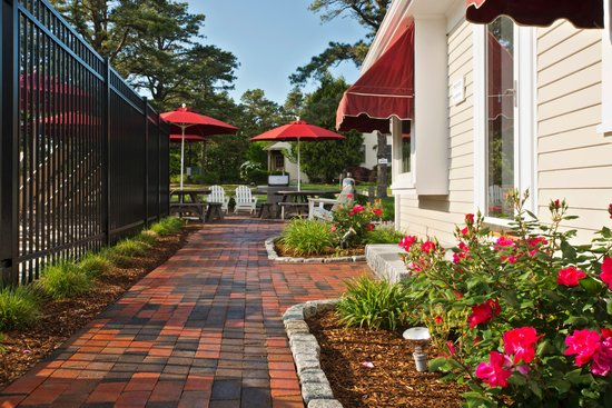 Wellfleet Motel: Walkway to BBQ Area