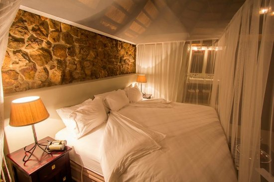 Leopard Mountain Safari Lodge: The enormous king size beds