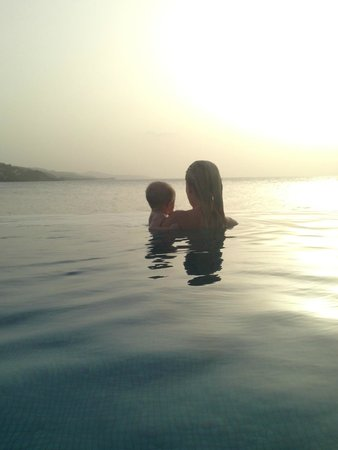 Round Hill Hotel & Villas : Sunset at Infinity Pool