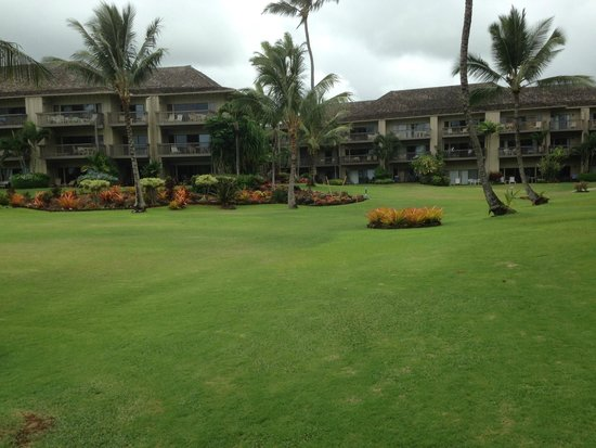 Lae Nani Resort Condos : Looking back across grounds from beach area.