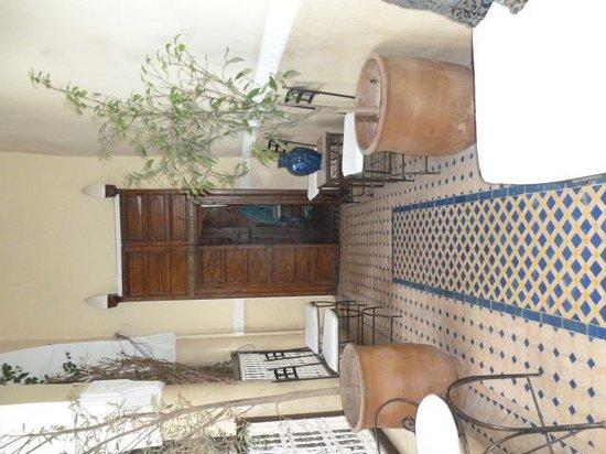 Riad Dar El Aila: Coridoor to room