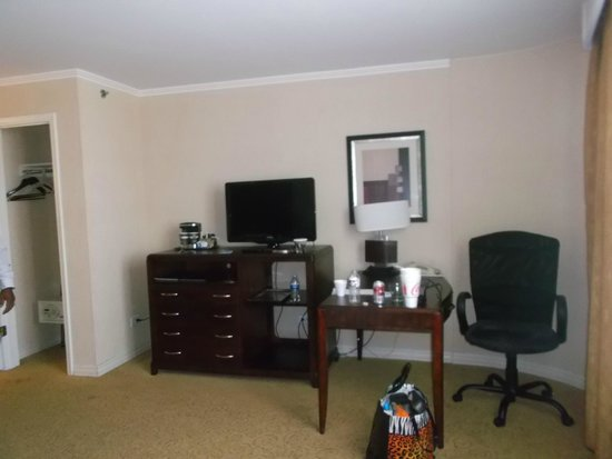 Hilton Chicago/Oak Lawn : TV and desk area