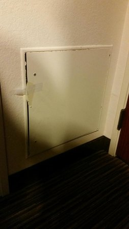 BEST WESTERN PLUS O'Hare International South Hotel: Taped door of some kind in room