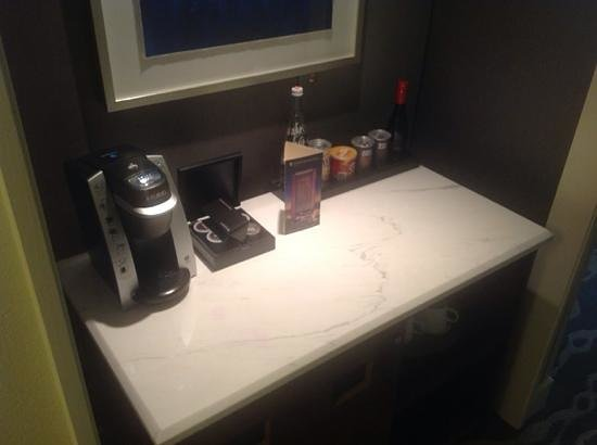 InterContinental Miami: Keurig brewer and snacks