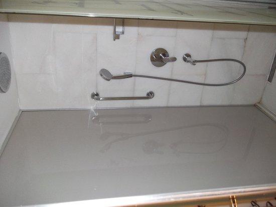 Pierre Loti Hotel: Shower