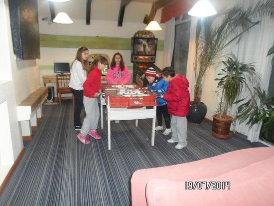Hotel Aspen Ski: LOS CHICOS JUGANDO