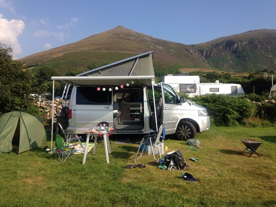 Aberafon Camp Site: Our shiny new van with the mountains behind us and the sea in front.... Perfect!