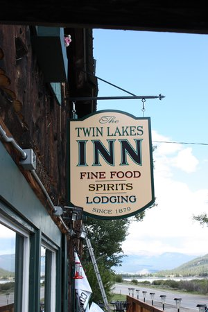 The Twin Lakes Inn: Front sign