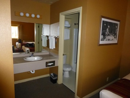 Headwaters Lodge & Cabins at Flagg Ranch: Sink area