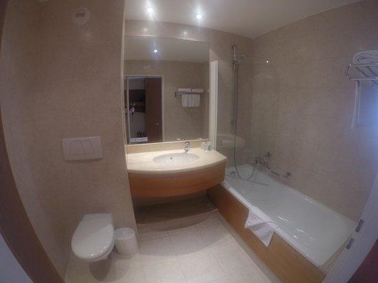 Hotel l'Elysee Val d'Europe: Salle de bain